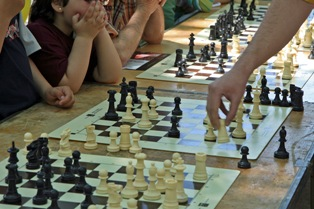O xadrez é um esporte sociável. Uma criança pode jogar contra um adulto. Mulheres podem jogar contra homens. Além disso, o aprendizado ultrapassa o tabuleiro e tem sido essencial na educação de filhos e estudantes. Foto: SXC