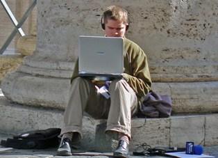 Uma das vantagens de ser jornalista freelance é que se pode trabalhar em qualquer lugar e a hora que se quiser sem estar preso a uma redação
