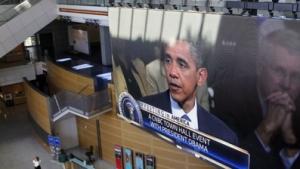 O presidente Obama é exibido num telão do Newseum
