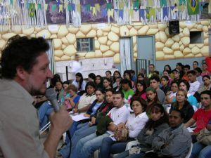 Estudantes de jornalismo que estudam em centros universitários particulares participam de reuniões em associações como a ATST (foto) - juntamente com estudantes de outras profissões - para conseguir um desconto. A maioria desses estudantes de jornalismo não atua na área de jornalismo. Foto: educarparavida.com.br